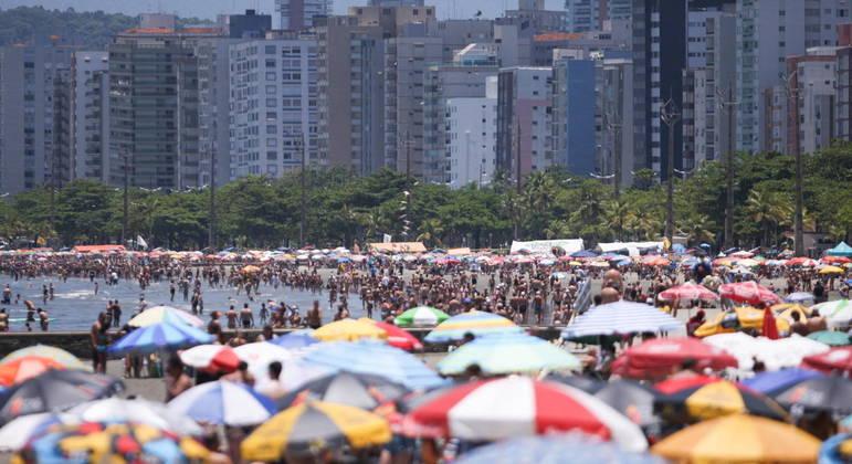 Praias de Santos (SP) ficam lotadas durante a temporada. No Réveillon, estarão fechadas