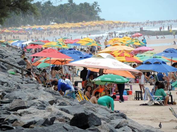 O mar de guarda-sóis impressiona na praia de Boa Viagem, em Recife, que ficou lotada neste sábado (5)