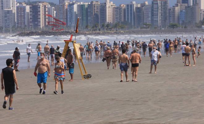 No litoral de São Paulo, também houve movimentação intensa. Nessa foto, uma das praias de Santos (SP) neste sábado (5)