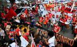 Em Salvador (BA), grupo carregando cartazes e faixas seguiu em caminhada do bairro do Campo Grande até o Farol da Barra durante a tarde de protestos contra o governo