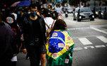 Apesar do frio, manifestantes saíram em protesto na capital paulista contra o governo, portando faixas, cartazes e máscaras com inscrições de protesto