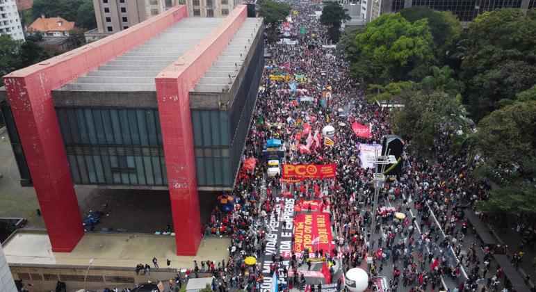 Manifestantes protestam na região da Avenida Paulista, em São Paulo, contra o governo federal