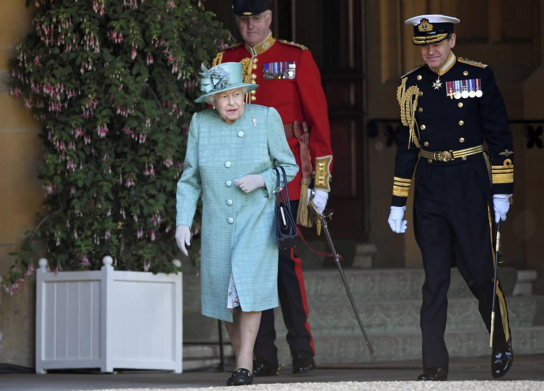 Rainha chegou muito elegante à cerimônia que marca os 94 anos de idade