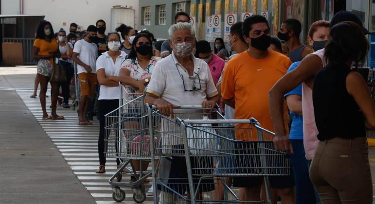 Na véspera do lockdown, houve longas filas na porta dos supermercados de Ribeirão Preto