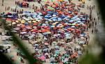 Movimentação na orla da praia do Leblon, na zona sul do Rio de Janeiro, nesta segunda- feira, 15 de fevereiro de 2021, que deveria ser carnaval, mas foi cancelado em meio à pandemia do coronavírus (covid-19). Mesmo com a proibição muitas pessoas resolveram se aglomerar nos diversos pontos da cidade.