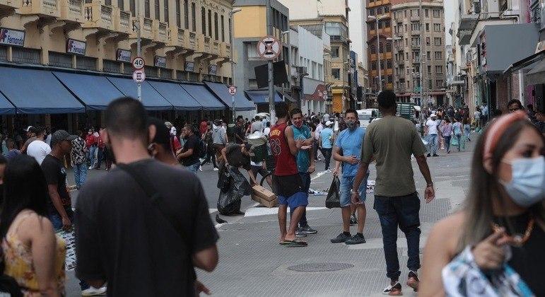 Consumidores geram aglomeração na Rua 25 de Março com lojas funcionando com disfarce