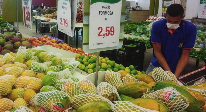 Supermercados medem temperatura de clientes e dão luvas para manusear frutas