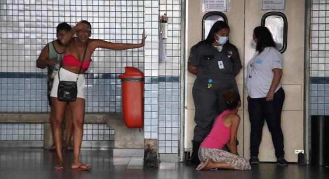 Familiares de homem morto foram ao hospital após o confronto