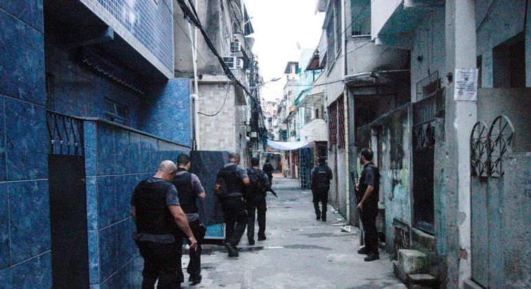 Polícia faz operação em Jacarezinho, no Rio de Janeiro: ações de risco e salários pífios