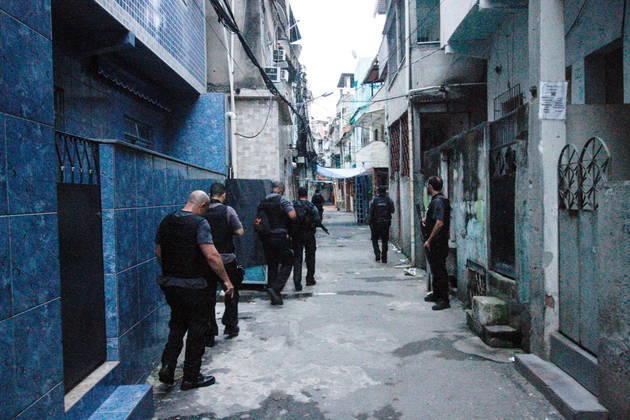 Os agentes de segurança entraram nas vielas da comunidade em busca dos suspeitos. Mas houve um confronto intenso que resultou nas 25 mortes