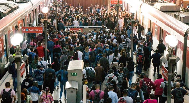 São Paulo amanhece com trens abarrotados no primeiro dia da fase vermelha