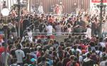 Mesmo na fase emergencial, São Paulo amanheceu com o transporte público abarrotado mais uma vez.Até dia 30 de abril, estado tem parques e praias fechados, toque de recolher entre 20h e 5h e restrições em restaurantes e bares. Apesar disso, nas estações de trem e metrô parece impossível seguir regras sanitárias básicas como o distanciamento social