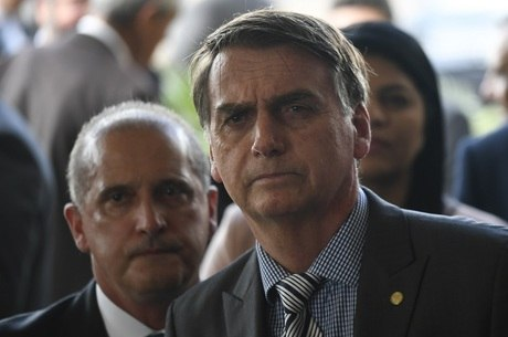 Familiares de formandos aguardam Bolsonaro