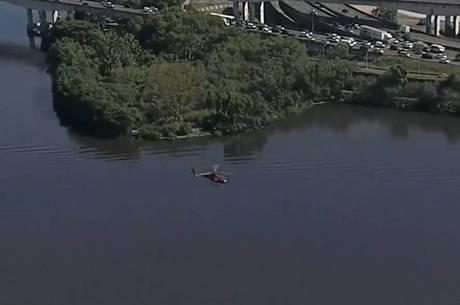 Aeronave ficou submersa após a queda
