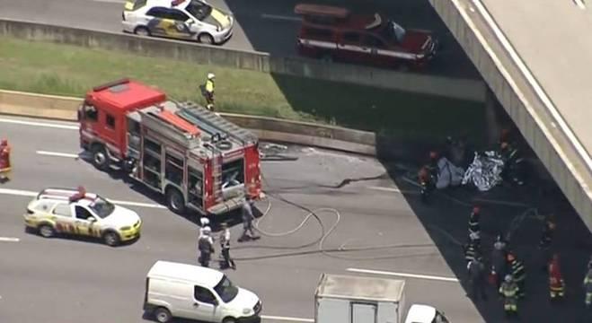 Uma aeronave caiu na rodovia Anhanguera, em SP, nesta segunda-feira (11)