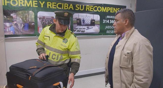 Falso turista com anormalidade detectada pelo escâner corporal é destaque de Aeroporto