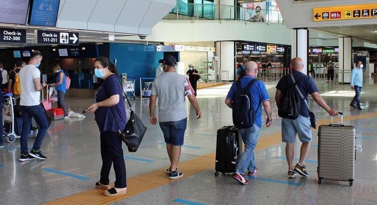 Países com cepas mais contagiosas da covid-19 não podem fazer voos diretos para a Turquia