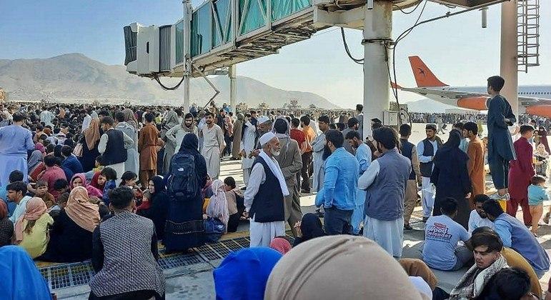 Milhares de afegãos se reuniram no aeroporto de Cabul em uma tentativa de fuga do país, em agosto