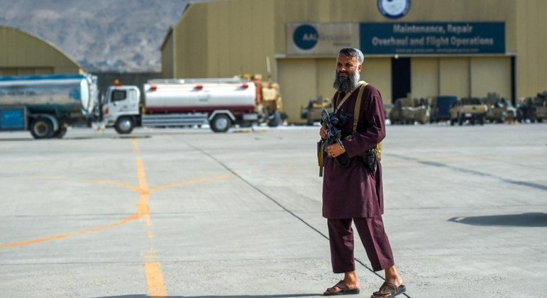 Talibã guarda o aeroporto de Cabul após a retirada dos militares norte-americanos