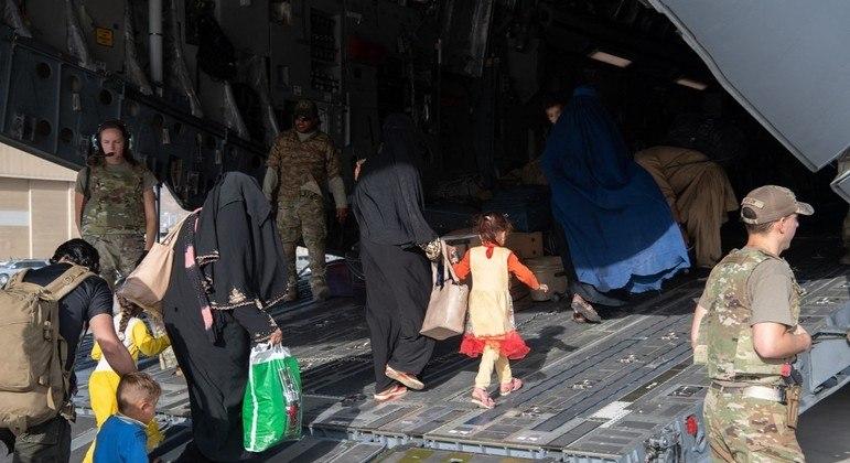 Aeroporto de Cabul é a única porta de saída do Afeganistão para milhares de afegãos e estrangeiros