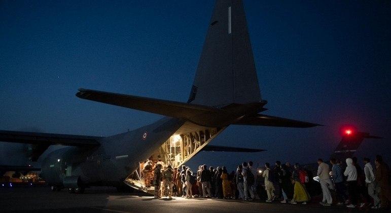 Retirada de pessoas do Afeganistão começou antes do Talibã assumir o controle do país efetivamente