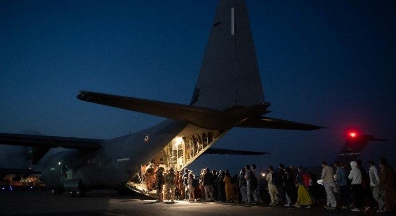 Militares dos Estados Unidos devem se retirar do território afegão na próxima terça-feira (31)