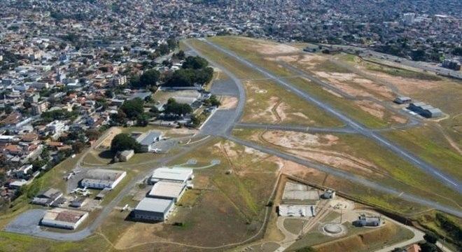 Com 75 anos de idade, aeroporto fica em região residencial