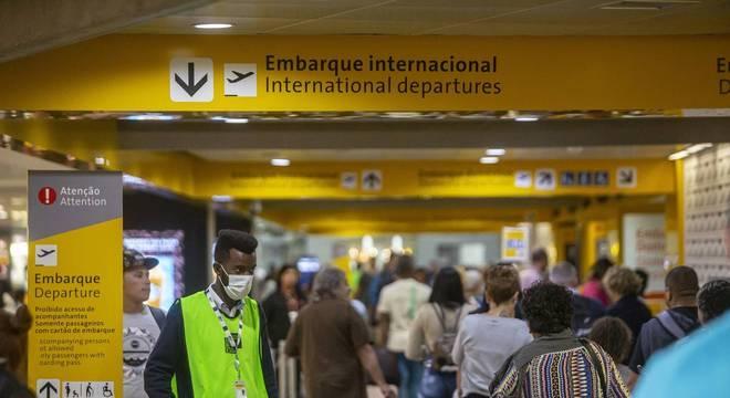 Funcionário do Aeroporto Internacional de Guarulhos com máscara