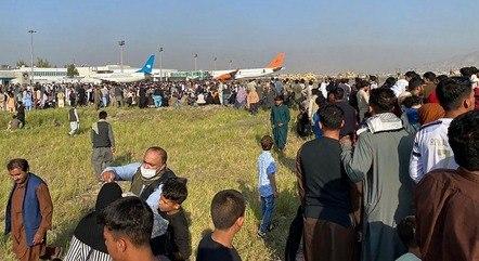 Milhares de afegãos tentam fugir do país