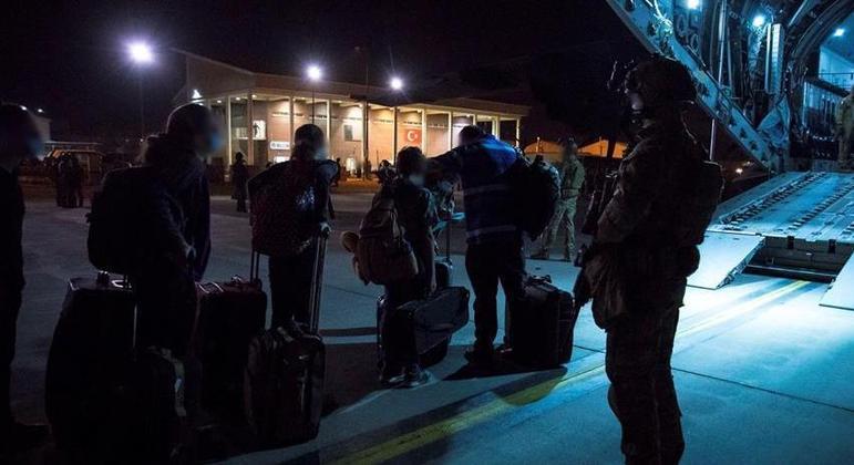 Aviões militares resgatam estrangeiro no Afeganistão após Cabul ser dominado pelo Talibã