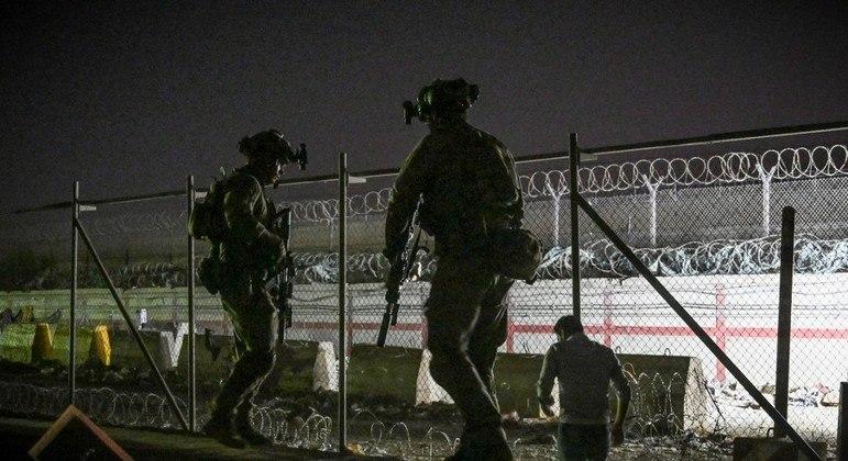 Aeroporto de Cabul teve tiroteio nesta segunda-feira (23) e um guarda afegão morreu