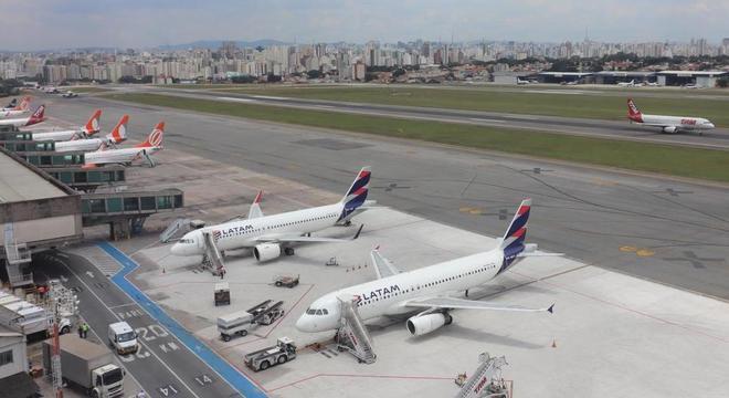 Aeroportos que atendem a Grande São Paulo registraram atrasos e cancelamentos