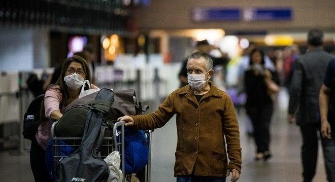 Ao fim de fevereiro, após primeiro caso oficial, uso de máscaras tornou-se rotina