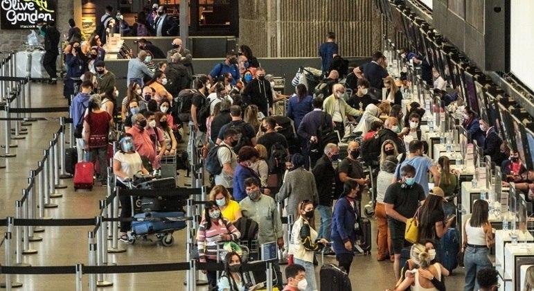 Movimentação no aeroporto internacional de São Paulo, em Guarulhos, na sexta-feira pré-feriadão