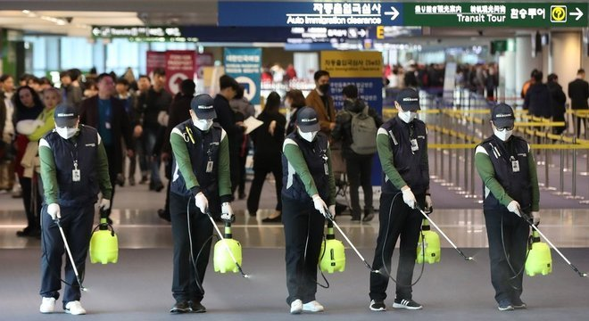 Aeroporto na Coreia do Sul sendo desinfectado por causa do coronavírus; país afirma que vai mandar aviões fretados para Wuhan para trazer de volta seus cidadãos Turquia
