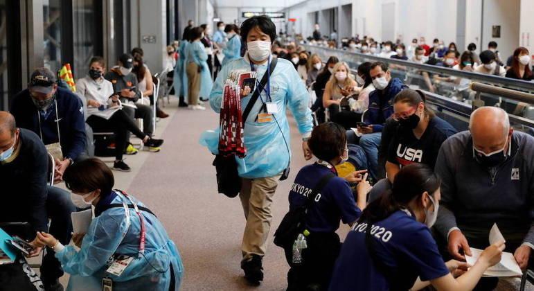 Demora do comitê organizador gera transtorno e aglomeração no aeroporto de Narita