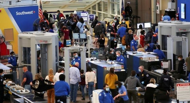 Aeroporto nos EUA com pessoas viajando para o feriado de Ação de Graças; feriado já havia provocado alta no contágio no vizinho Canadá