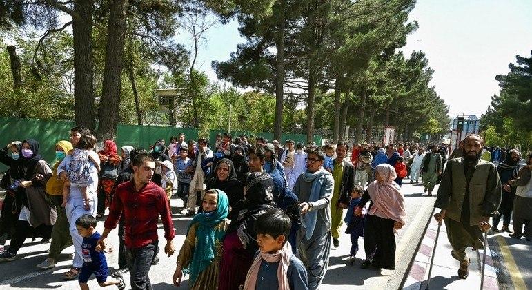 Multidão de afegãos foi até o aeroporto de Cabul na tentativa de deixar o país