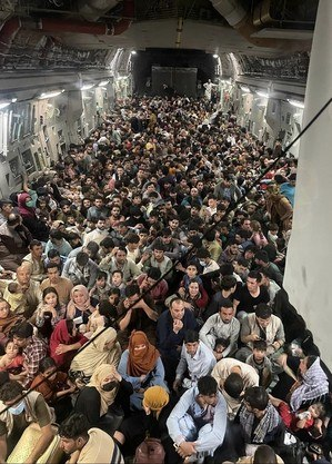 Afegãos fugindo do Talibã em avião militar