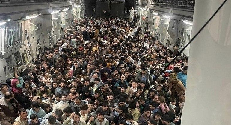 Centenas de afegãos fogem do governo do Talibã em cargueiros da CIA