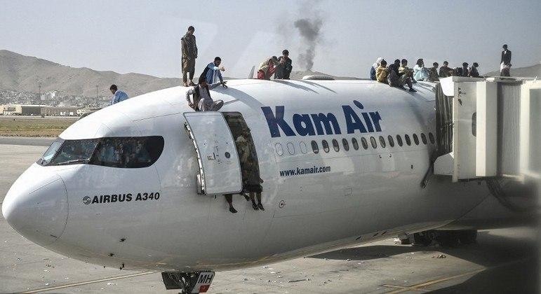 Afegãos foram flagrados escalando aeronaves após talibã tomar o poder no país