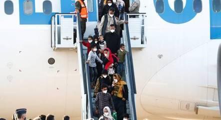 Diplomatas espanhóis e cidadãos do Afeganistão desembarcam em Madri