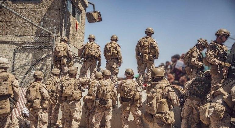 Tropas norte-americanas vigiam o aeroporto de Cabul