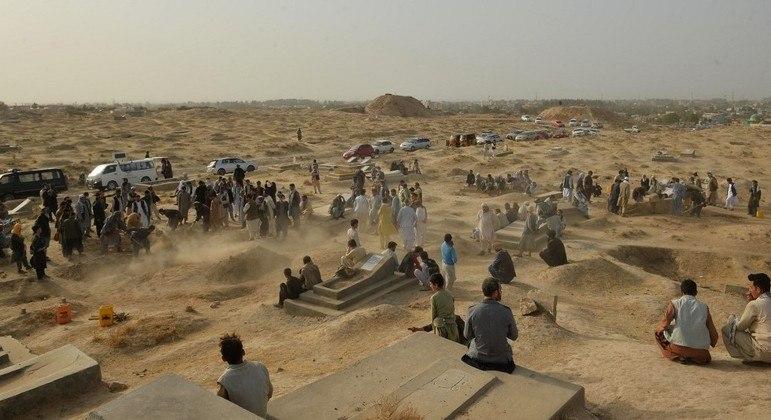 Famílias enterram vítimas de ataque de um homem-bomba em mesquita no Afeganistão