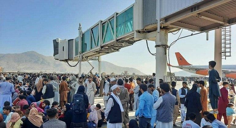 Milhares de afegãos e estrangeiros aguardam na pista do aeroporto de Cabul