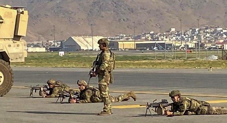 Soldados norte-americanos vigiam a pista do aeroporto de Cabul