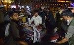Ataques suicidas no aeroporto de Cabul deixam ao menos 60 mortosVEJA MAIS