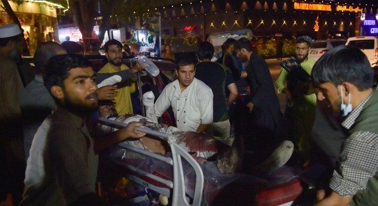 Os arredores do aeroporto de Cabul estavam lotados de afegãos que querem fugir do Afeganistão