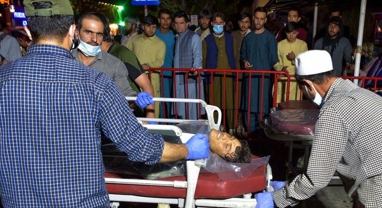 Ferido em explosão no aeroporto de Cabul é levado para hospital