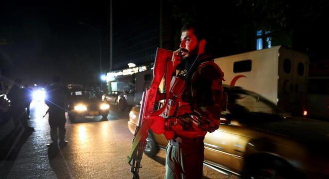 Soldado vigia hospital em Cabul, no Afeganistão, após explosão de carro-bomba